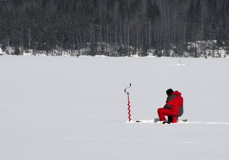 Ice_fishing_on_Lake_Saimaa.jpg